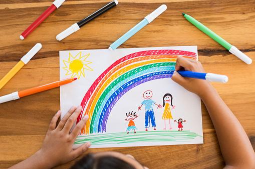 Child Drawing Happy Family — стоковые фотографии и другие картинки 6-7 лет
