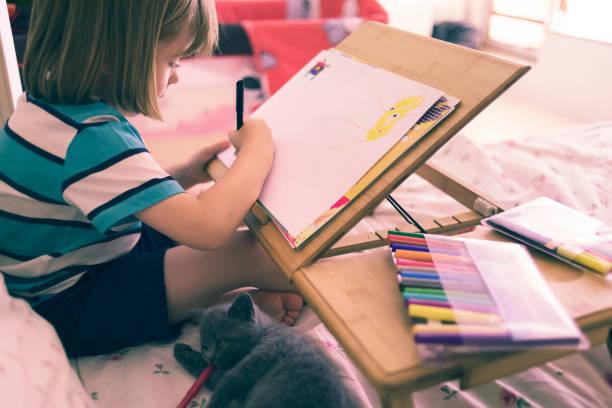 kind in seinem bett zeichnen - katze zeichnen stock-fotos und bilder