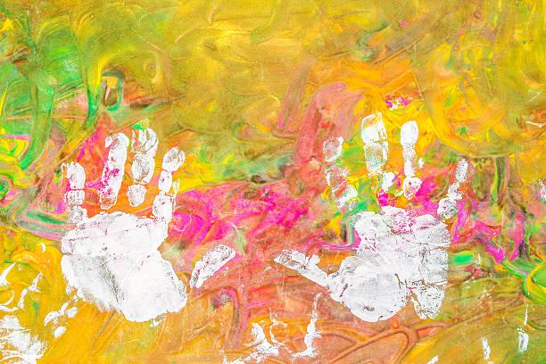 kind, zeichnen malen mit seinen händen auf farbigen hintergrund weiß - fingerfarben stock-fotos und bilder