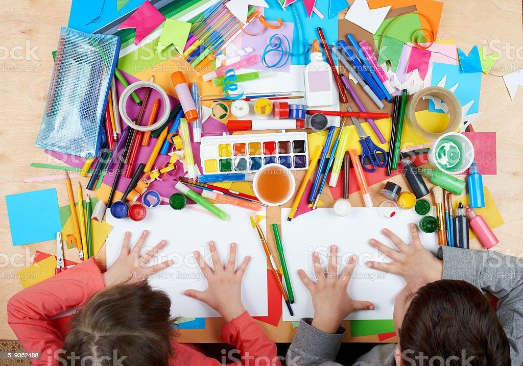 Criança desenho Vista de cima. Criativa arte local de trabalho com acessórios. - foto de acervo