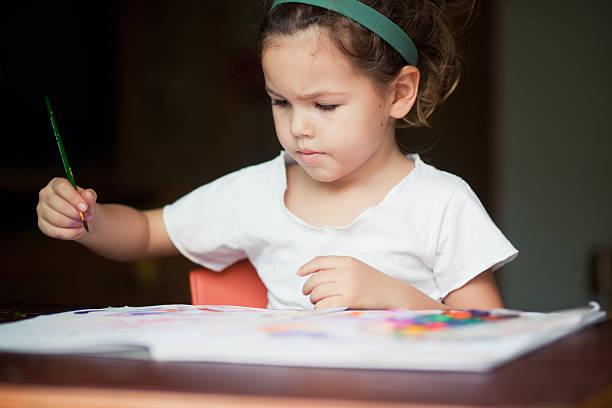 kind zieht ein bild - basteln mit zeitungspapier stock-fotos und bilder