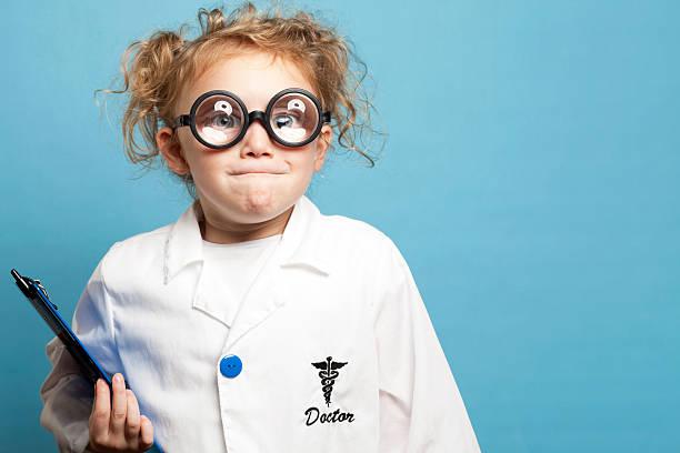 Lustige Kind Arzt mit Zwischenablage – Foto