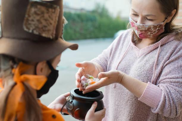 niño durante la pandemia covid-19 en halloween - halloween covid fotografías e imágenes de stock