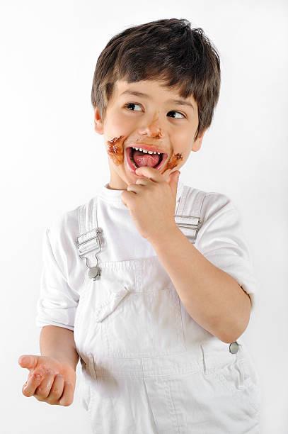 kind essen kuchen - kinderschokolade stock-fotos und bilder