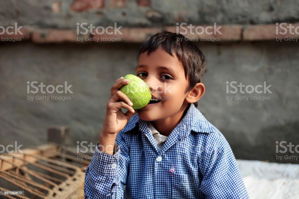 Kind zu Hause Obst essen – Foto