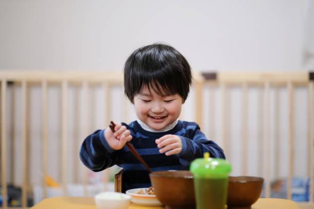 家で食事を食べる子 - 和食 ストックフォトと画像
