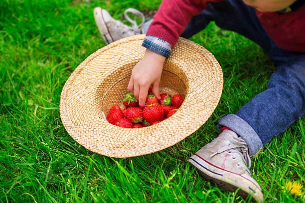 Kind Essen Erdbeeren – Foto