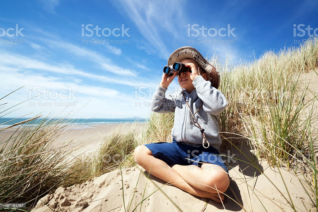 Kind explorer am Strand – Foto