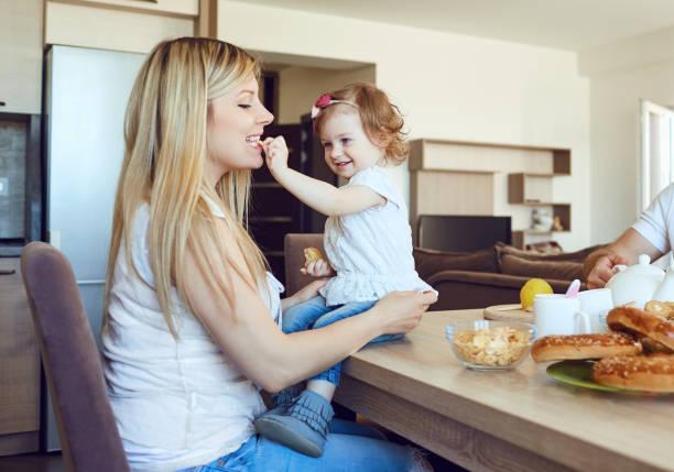 Ein Kind ernährt sich die Mutter im Raum. – Foto