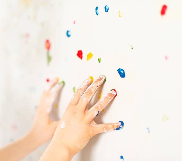 kind malen mit fingerfarben ihrem zimmer - tupfen wände stock-fotos und bilder