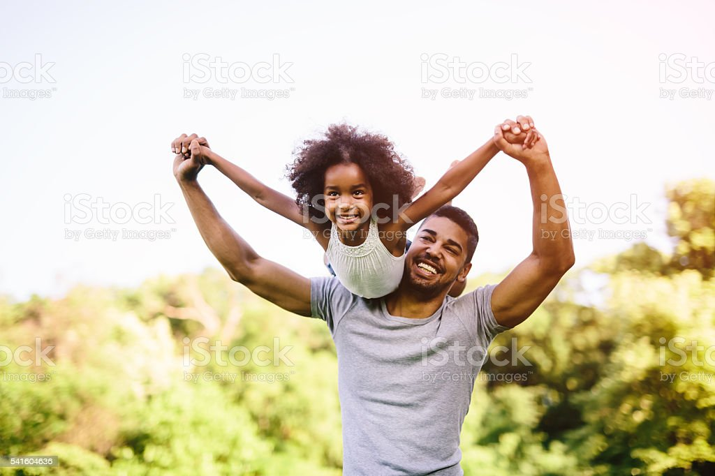 Child flying on father shoulders – Foto