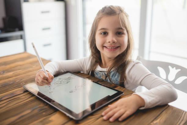 Kind Mädchen Zeichnung Bild auf digitale Tablet mit Stylus-Stift – Foto
