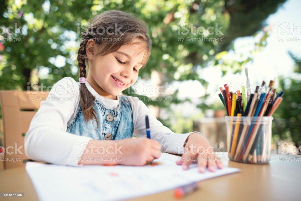 Kind Mädchen Zeichnung Bild im Freien im Sommer – Foto