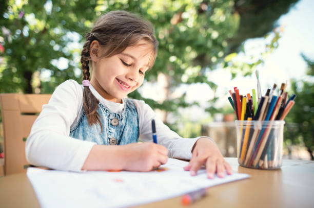 foto de niño niña dibujo al aire libre en verano - dibujar fotografías e imágenes de stock