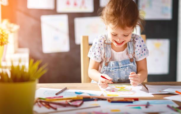 兒童女孩用彩色鉛筆繪製 - kids drawing 個照片及圖片檔