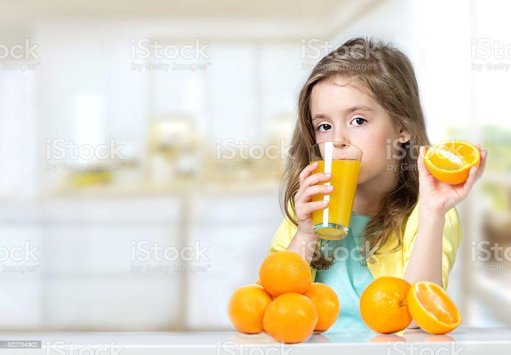 enfant fille boire des jus dorange fraisplan photos et. Black Bedroom Furniture Sets. Home Design Ideas