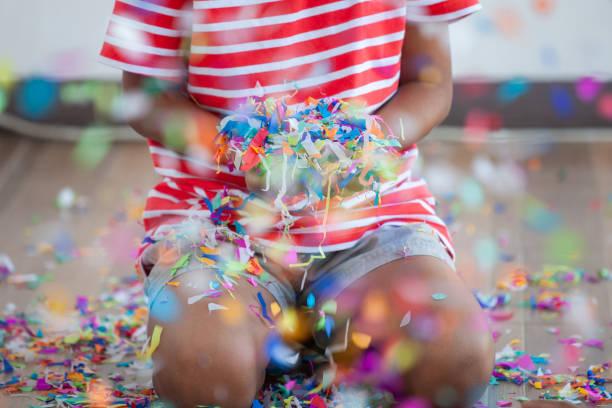 Kind Mädchen hält bunte Konfetti in ihrer Partei zu feiern – Foto