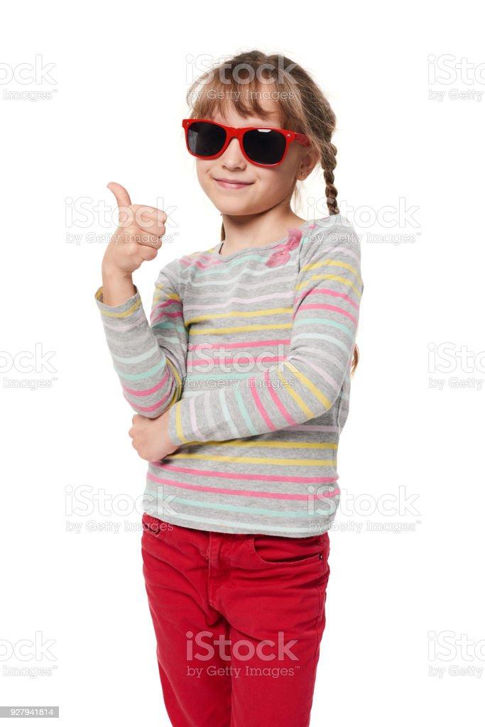 Kind Mädchen in Sonnenbrille gestikulieren Daumen oben – Foto
