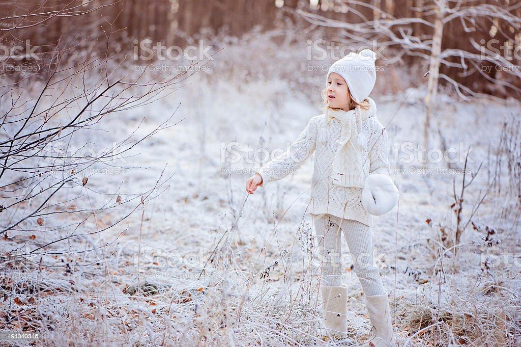 Kind Mädchen in weißen outfit auf winter Schnee zu Fuß Lizenzfreies stock-foto
