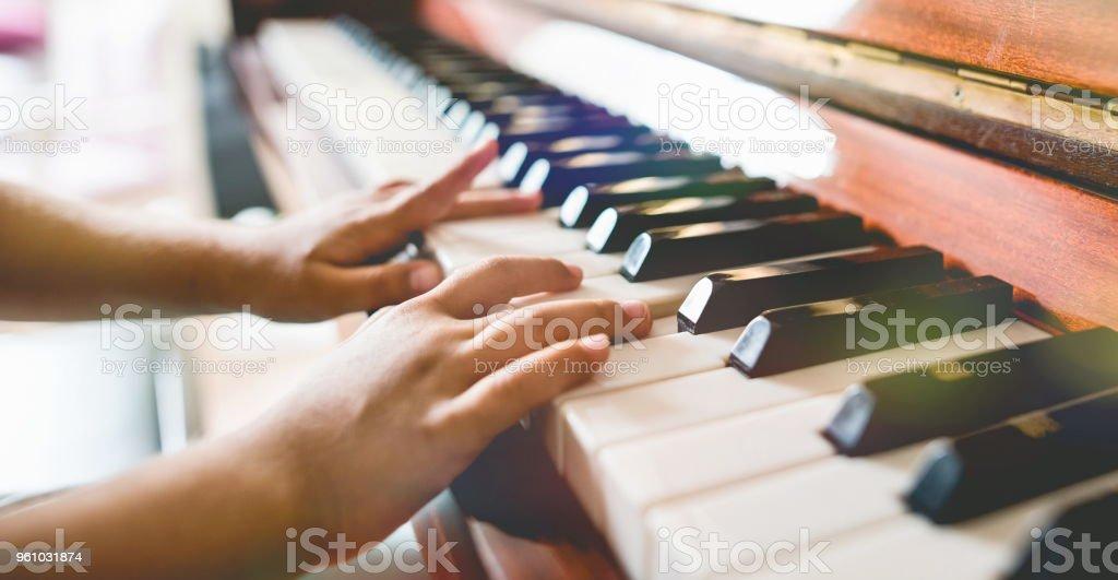 Kind Mädchen spielt Klavier, Nahaufnahme – Foto