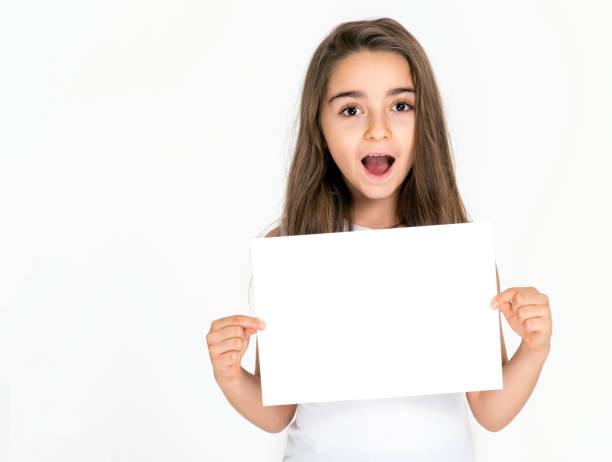 Kind Mädchen lächelnd halten weißen Blatt leer isoliert – Foto