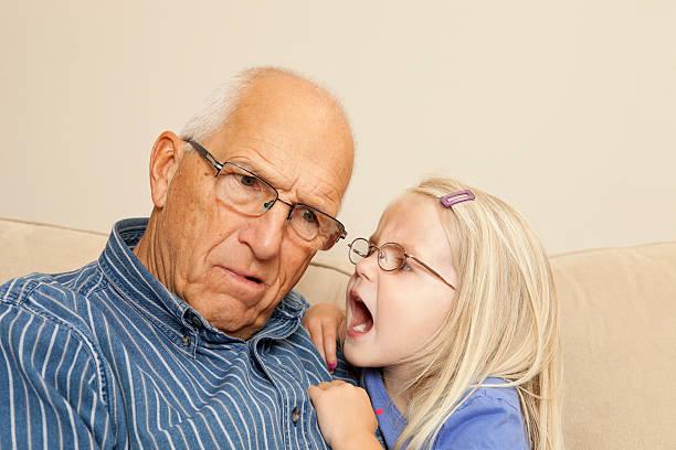 garota de criança gritar em avô de ouvido - surdo - fotografias e filmes do acervo