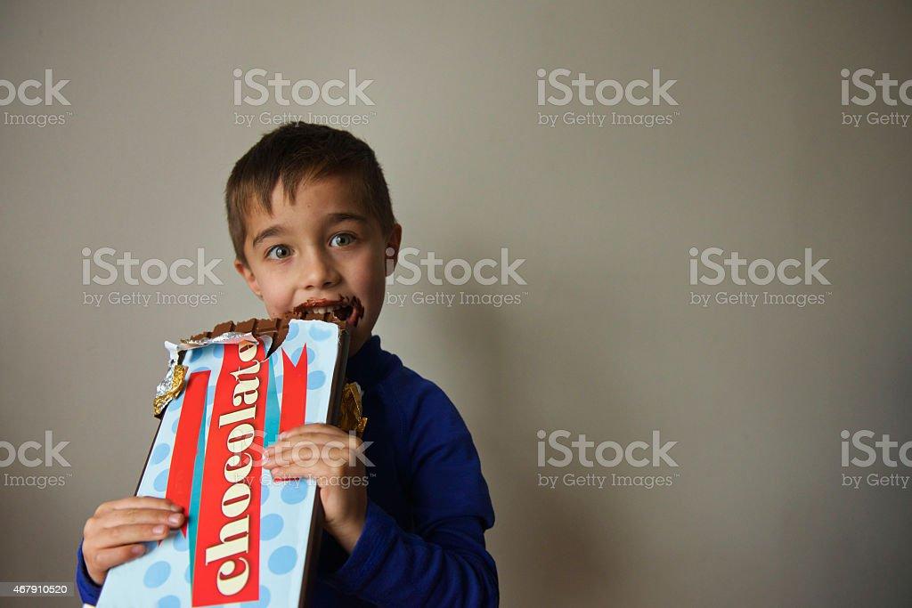 Kind gluttonous Herausforderung ein riesiger chocolate bar – Foto