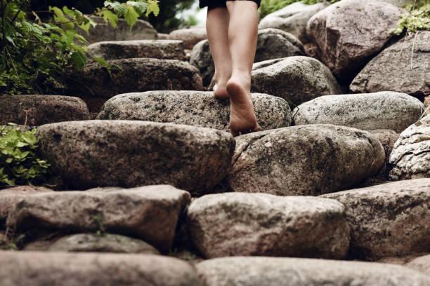 Kind geht die Treppe in den Garten im Sommer – Foto