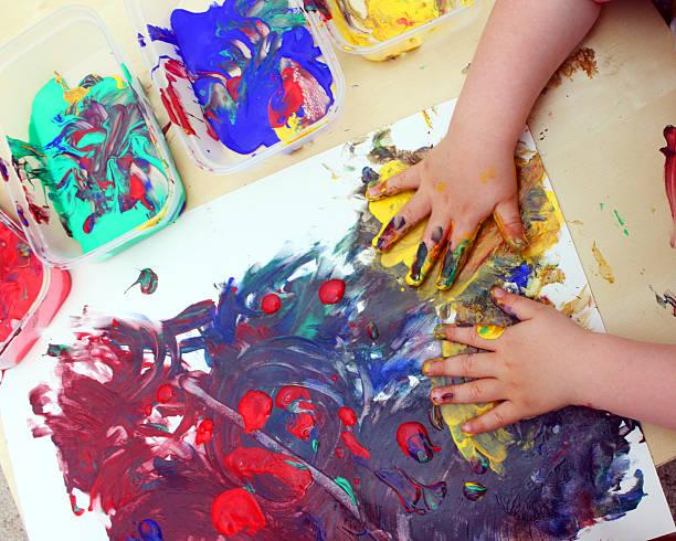kinder hand malerei - fingerfarben stock-fotos und bilder