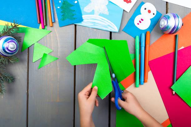 kinderhände machen handgemachte weihnachten spielzeug aus pappe. kinder diy konzept. - diy xmas stock-fotos und bilder