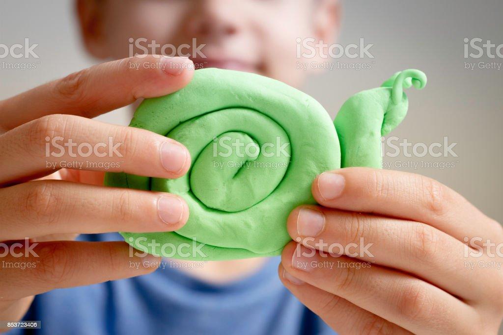 Mains faisant figure de jouet avec glaise à modeler ou pâte à modeler - Photo