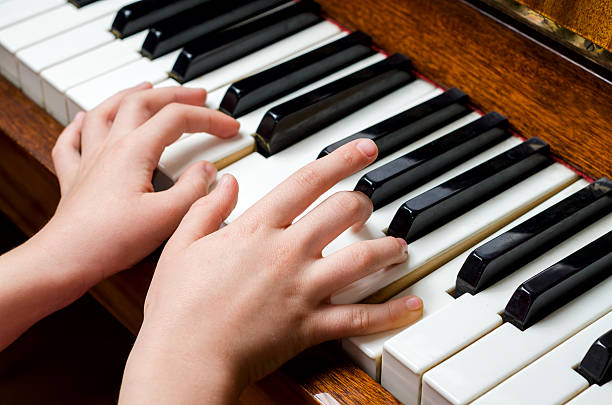 enfant mains jouant piano - introduction musique photos et images de collection