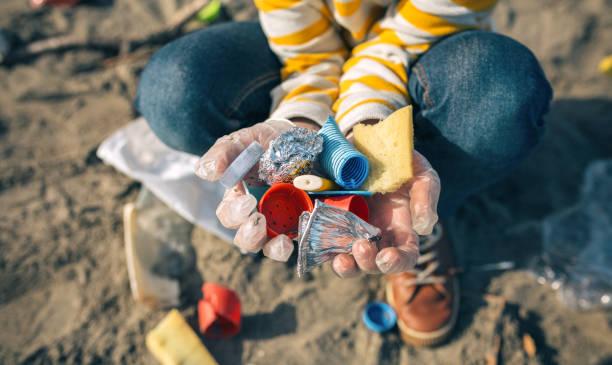 Kinderhände mit Müll vom Strand – Foto