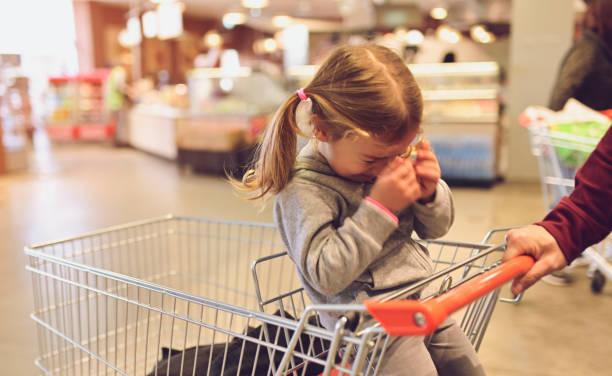 Kind mit Eltern im Laden – Foto