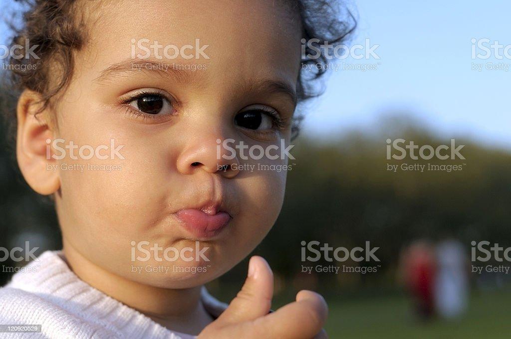 Niño con un refrigerio al aire libre - foto de stock