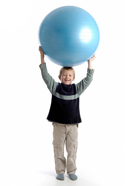 Kind hält einen ball – Foto