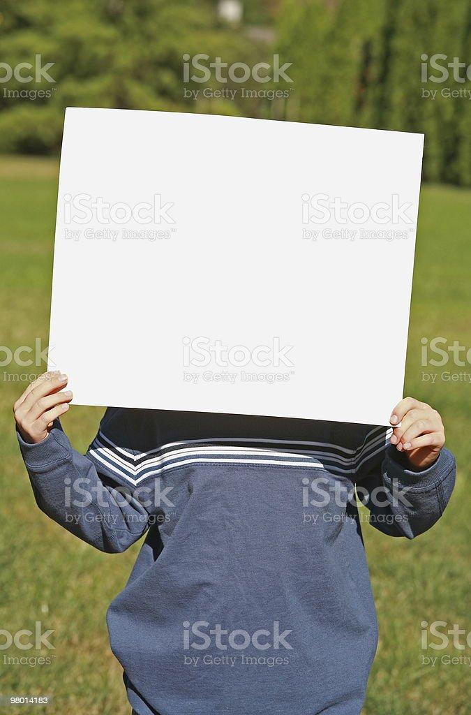 Criança segurando um sinal em branco foto royalty-free