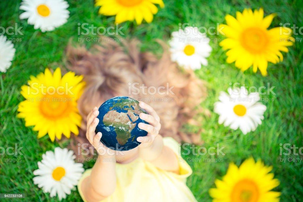 Kind, die Erde in den Händen halten – Foto