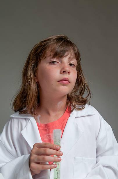 Kind hält Reagenzglas – Foto