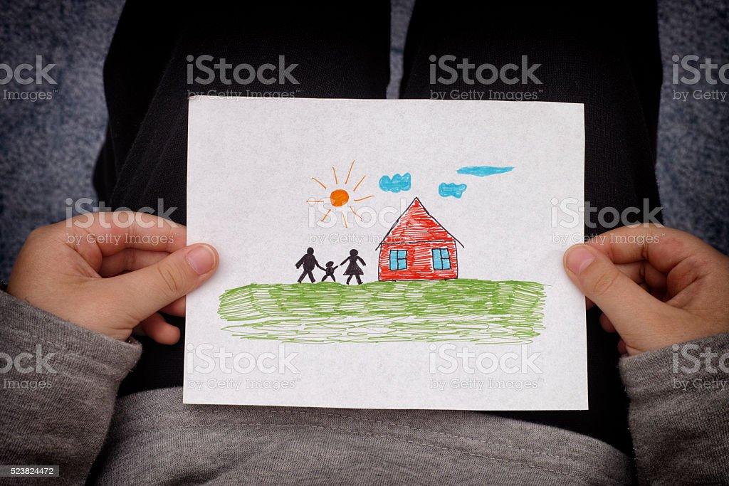 Kind hält eine drawn house mit der Familie – Foto