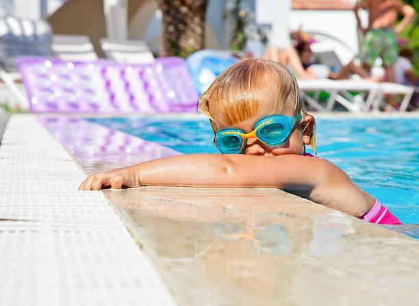 kind im pool - hotels in der türkei stock-fotos und bilder