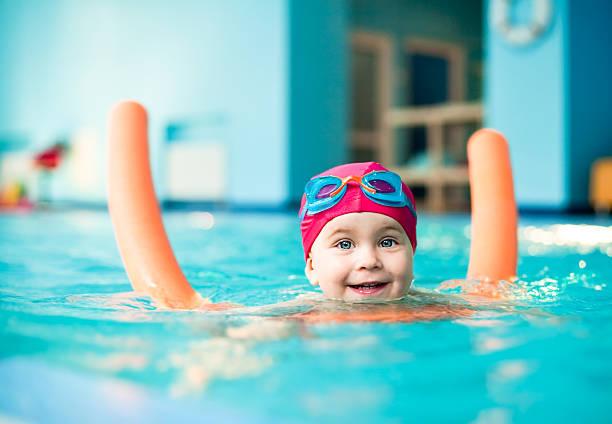 Niños en la piscina - foto de stock