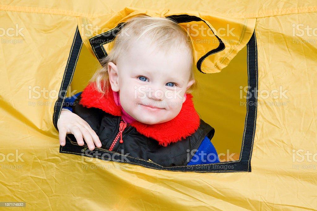 Kind in einem Zelt – Foto