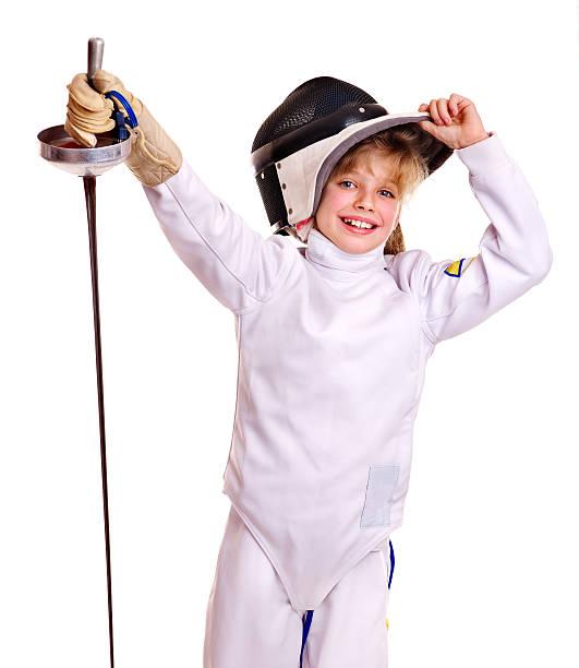 Kind in fencing epee Kostüm halten. – Foto