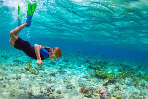 스노클링 마스크에서 어린이 푸른 바다 석호에서 수 중 잠수 - 스노클 뉴스 사진 이미지