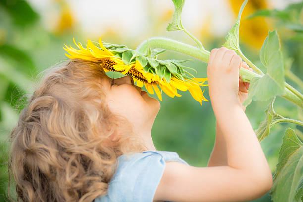 Criança na primavera - foto de acervo