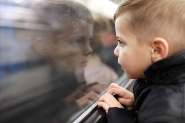 Niño en el tren subterráneo - foto de stock