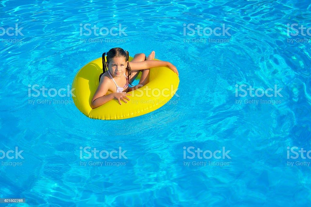 Enfant dans la piscine photo libre de droits