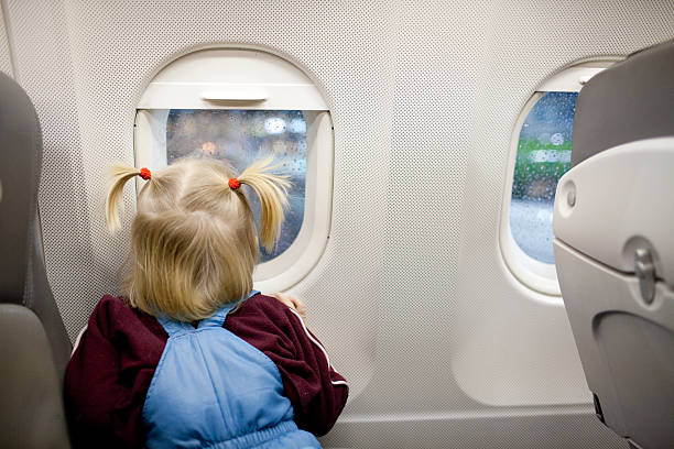 Kind im Flugzeug – Foto