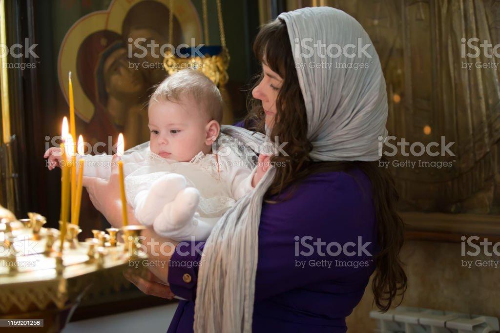 Kind In Den Armen Der Mutter Taufe Des Babys Akzeptieren Sie